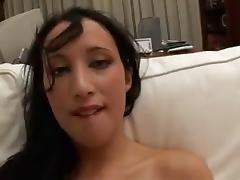 Giovane troietta si esibisce in un filmino porno