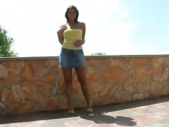 Tanned temptress with wide hips and a gorgeous ass plays outdoors