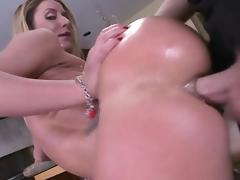 Hottie babe Sheena Shaw sucking with pleasure