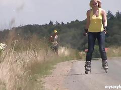 Rollerblading with his lady and fucking her hot hole outdoors