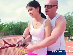 Teenie auf dem Tennisplatz genagelt