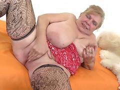 There aren't many cougars who can masturbate so well like Darla!