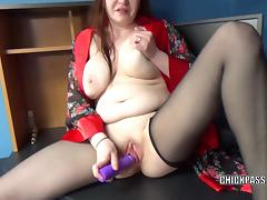 Redhead housewife Sinful Skye is fucking her plump pussy