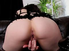 Solo hottie in black leather boots toys her smooth pussy
