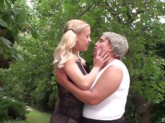 Cutest blonde gives the experienced chick a good pussy licking