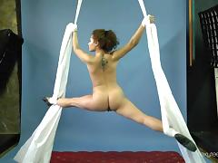 Luscious babe from Eastern Europe and her flexible solo show