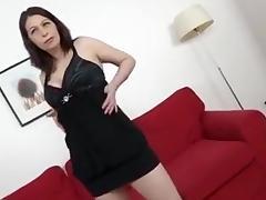 Mature baisee sur le sofa