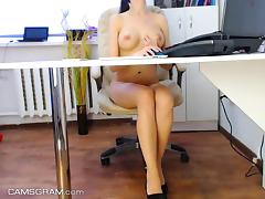 Hot Sexy Amateur Cammodel Makes Her Pussy Wet