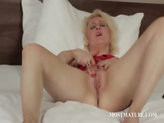 Blonde mature pleasuring her pussy porn video