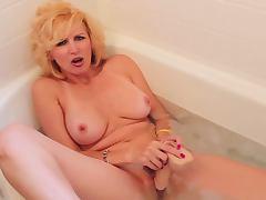 Racquel Devonshire masturbating in bath