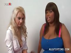 Tempting blonde licks a lesbo BBW ebony's tits