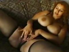 Curvy Turkish girl enjoys playing with her pussy in homemade clip