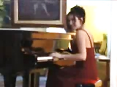 Henrietta Kerez Play Piano
