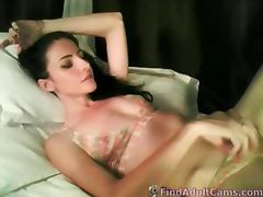 Sexy babe dildos her creamy pussy on webcam