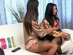 2 brunete lesbos