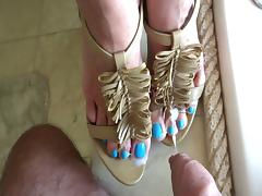 Jerking off onto blue toes