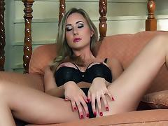 Mouthwatering Sammi Tye Masturbates Fervently Sitting On A Couch