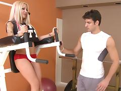 Blonde bombshell Helly Hellfire gives a perfect blowjob in a gym